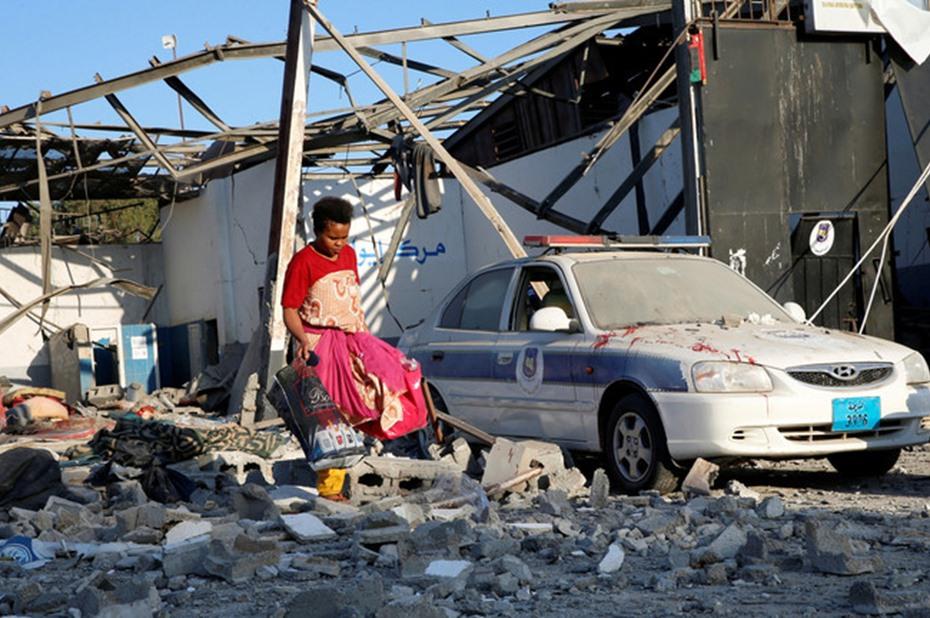 الحكومة الليبية تتهم أبوظبي باستهداف مركز للمهاجرين
