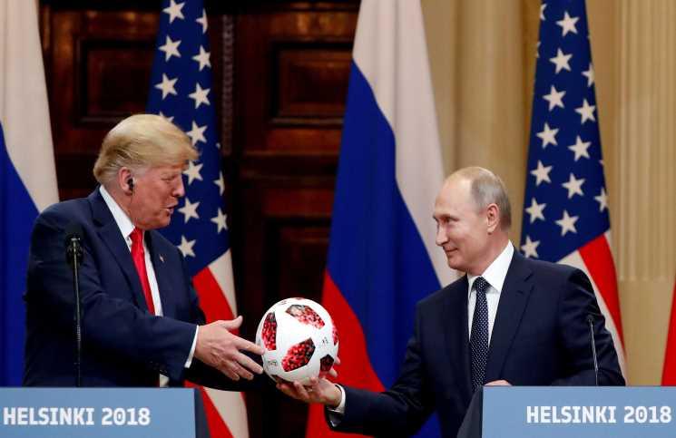 الولايات المتحدة تجري فحصا أمنيا دقيقا لكرة أهداها بوتين لترامب