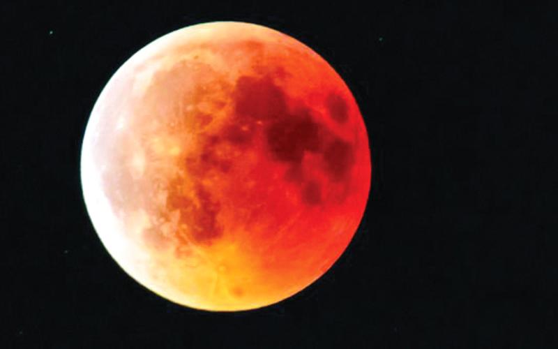 الإمارات تشهد اليوم ظاهرة «الخسوف الكلي للقمر»