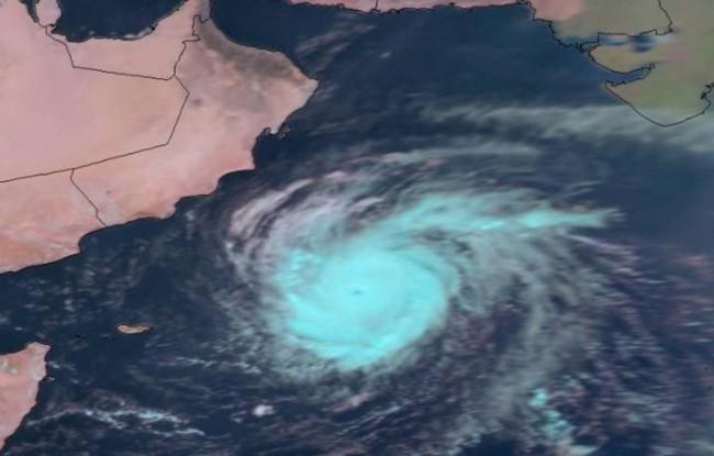 غرق سفينة وفقدان 17 شخصاً جراء إعصار مكونو بسقطرى اليمنية