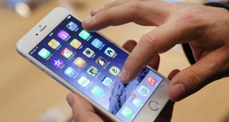 الاستخدام الطويل للهاتف الذكي يزيد خطر الإصابة بالسمنة