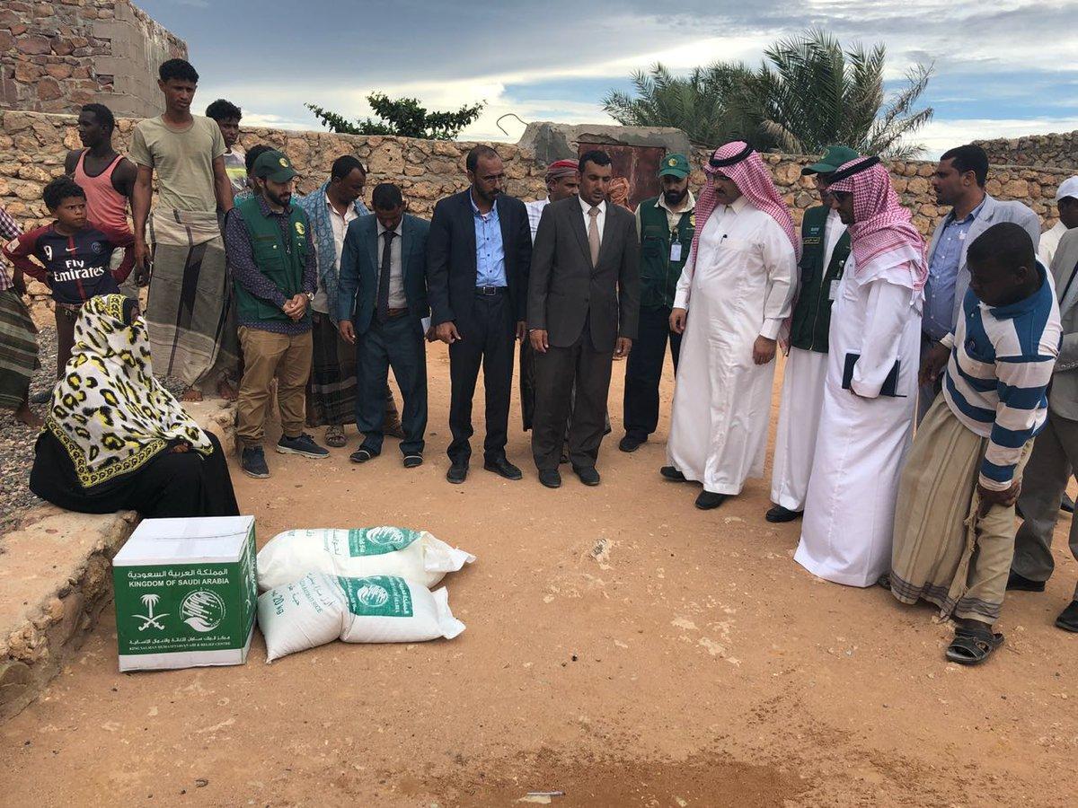 صورة للسفير السعودي تغضب اليمنيين ويعتبرون تصرفه إهانة