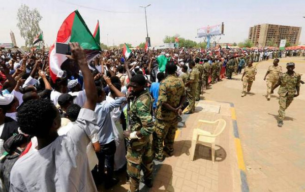 السودان.. العسكري والمعارضة يتوصلان لاتفاق بشأن السلطة