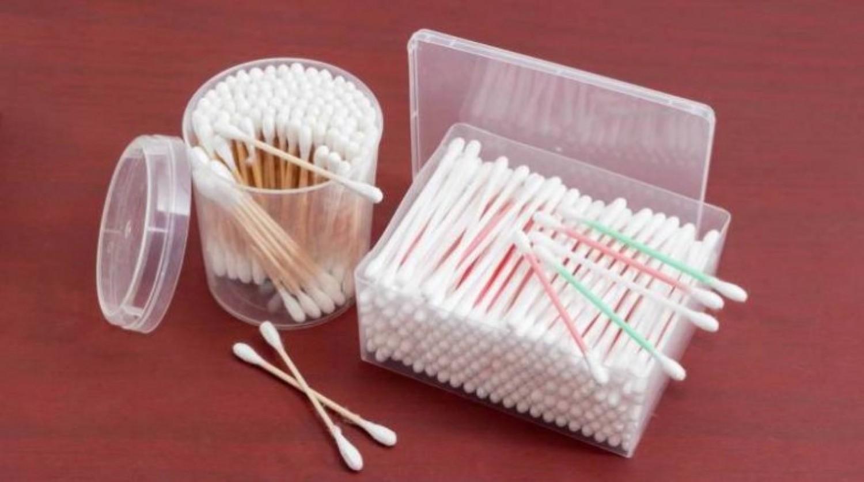 أطباء يحذرون من خطورة استخدام أعواد القطن لتنظيف الأذن