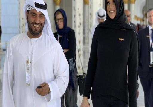 مرتدية الحجاب.. المصارعة ستيفاني ماكمان تزور مسجد زايد