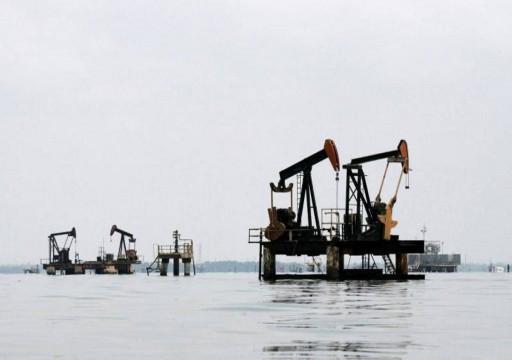 النفط يتراجع عند التسوية في جلسة متقلبة