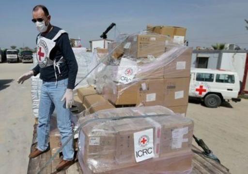 الصليب الأحمر تتبرع بمعدات طبية لقطاع غزة لمواجهة وباء كورونا
