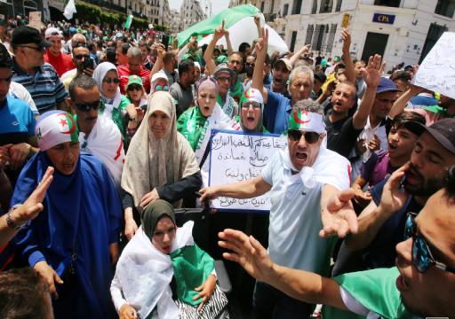 آلاف الجزائريين يطالبون بإصلاحات سياسية ويهتفون ارحلوا جميعا