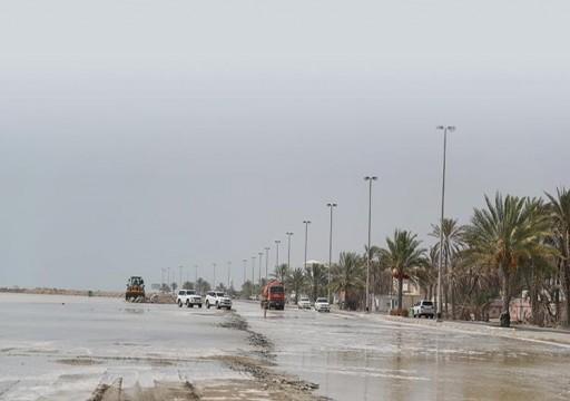 ارتفاع الموج يغلق عدداً من الشوارع ويوقف الصيد في كلباء وخورفكان ودبا الحصن