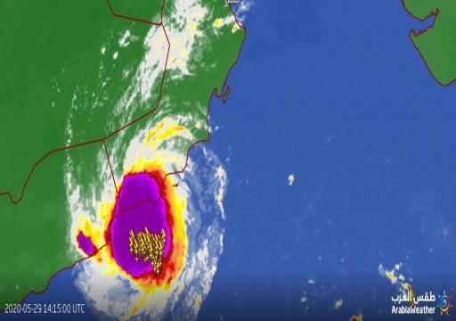 عُمان.. عاصفة مدارية تُدخل ظفار في حالة طوارئ