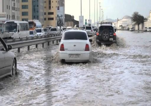 الأمطار تتسبب بإعاقة حركة السير في عدة مناطق بالدولة