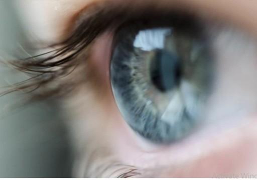 علماء: التحديق في ضوء أحمر لمدة 3 دقائق يوميا يحافظ على قوة البصر