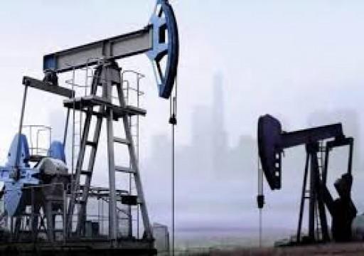النفط يتخلى عن مكاسبه مع فشل أوبك+ في تخفيض الانتاج