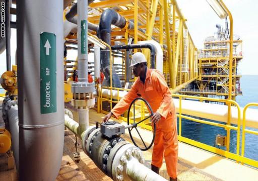 النفط يقلص مكاسبه بعد تصعيد أمريكا الحرب التجارية مع الصين