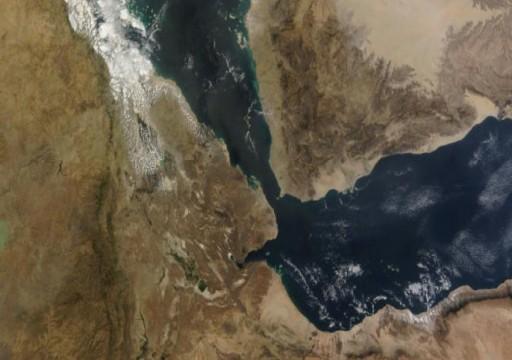 صحيفة: إسرائيل تدرس ضرب الحوثيين وحزب الله في باب المندب