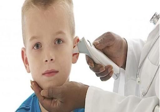 دراسة: هز الرأس لتخليص الأذنين من الماء يتلف دماغ الأطفال