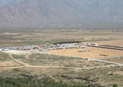مسؤول يمني يتهم أبوظبي بإنشاء منطقة معزولة لتهريب الأسلحة إلى سقطرى