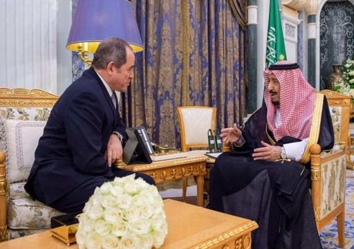 العاهل السعودي يلتقي وزير خارجية الجزائر لأول مرة منذ الاحتجاجات