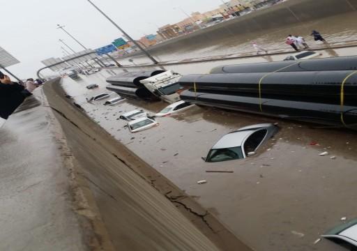 الرياض.. السيول تحاصر مئات الأشخاص والمركبات