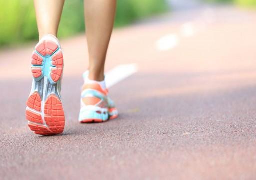 دراسة: المشي 15 دقيقة إضافية يوميا قد يعزز الاقتصاد العالمي