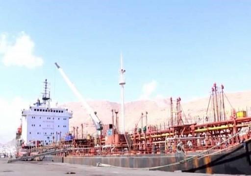 بدعم من أباتشي أبوظبي.. مليشيا الانتقالي تنهب أموال للحكومة اليمنية من ميناء شرقي البلاد