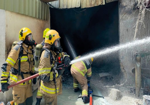 إصابة عاملين بحروق إثر حريق مصنع للمواد اللاصقة بعجمان