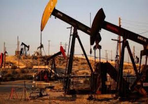 النفط يرتفع بعد أن بلغ أدنى مستوى في 18 عاما لكن آفاق الطلب تكبحه