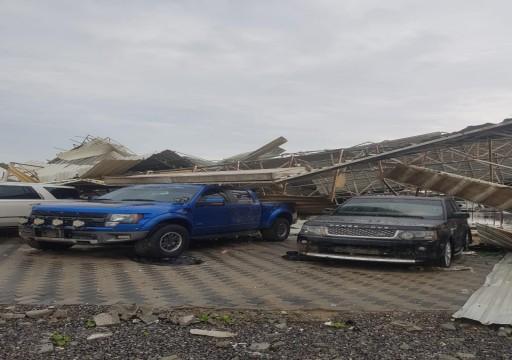 رياح قوية تتسبب في سقوط سقف معرضي سيارات في عجمان ولا إصابات