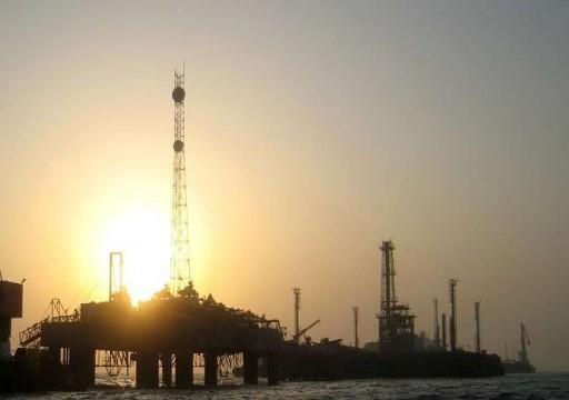 النفط ينزل 1% رغم التوتر بسبب الهجوم على الناقلات بخليج عمان
