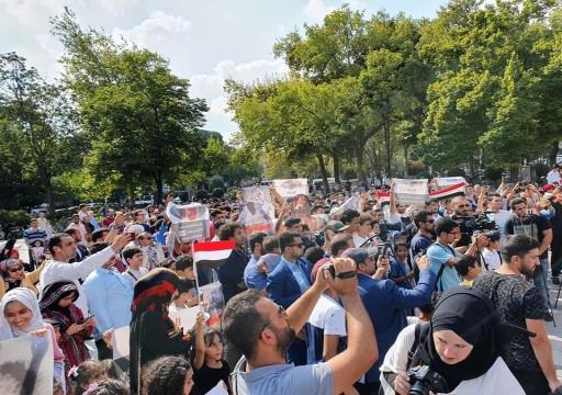 يمنيون باسطنبول ينظمون وقفة احتجاجية ضد ممارسات الإمارات في بلادهم