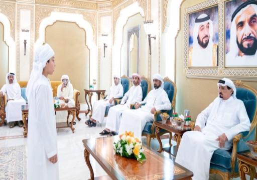 حاكم عجمان يوجّه بصرف مكافأة مالية لخاتمي القرآن الكريم