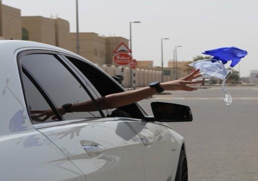 شرطة أبوظبي تحذّر من إلقاء الكمامات على الطرق