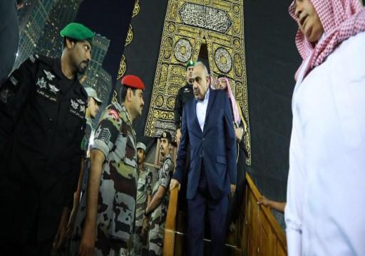 بعد ابن سلمان.. قيادي في الحشد الشعبي الإرهابي يصعد فوق الكعبة