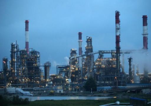 النفط يصعد بدعم بيانات اقتصادية قوية والتوتر الأمريكي الصيني يحد المكاسب