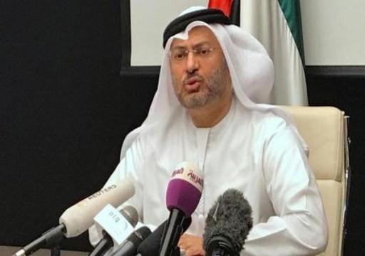 """قرقاش يثني على قناة """"العربية"""" بعدما أثارت غضب مغردين أمنيين"""