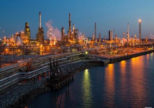 النفط يهبط بفعل بيانات المخزونات الأمريكية ومخاوف بشأن الطلب