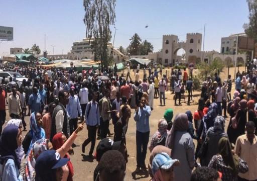 السودان.. قتيلان خلال حماية الجيش للمعتصمين ضد نظام البشير