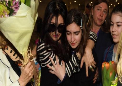 في مشهد مؤثر.. بريطانية كانت محتجزة في دبي تلتقي بابنتها