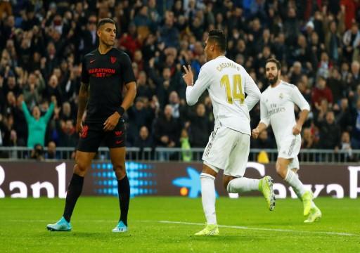 كاسيميرو يقود ريال مدريد للفوز وأشبيلية غاضب من حكم الفيديو