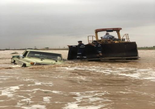 إنقاذ 10 مواطنين حاصرتهم الأمطار بوادي صاع في العين