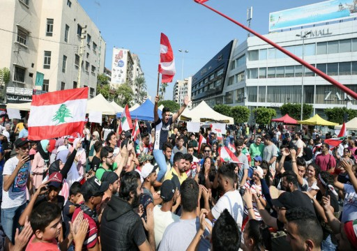 لبنان.. المحتجون يواصلون الضغط على الحكومة مع قرب انتهاء مهلة الحريري