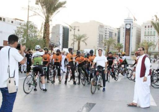 8 بريطانيين يصلون السعودية على دراجات هوائية لأداء الحج