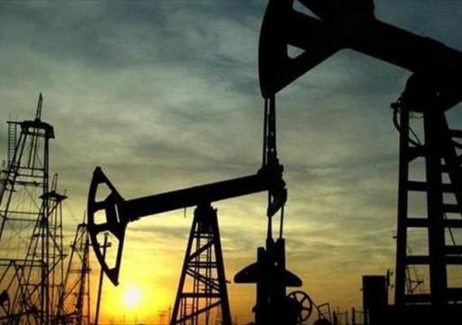 النفط يهبط 2% رغم تراجع مفاجئ لمخزون الخام الأمريكي