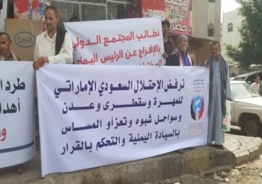 يمنيون يطالبون باستعادة سواحل تعز من قوات مدعومة إماراتيا