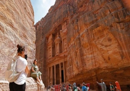 الأردن: مجهولون يطلقون النار على حافلة تقل مرشدين سياحيين في البتراء