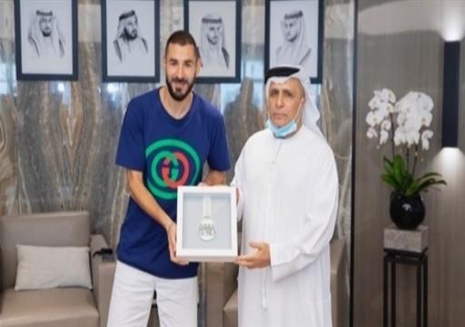 """مجلس """"دبي الرياضي"""" يمنح بنزيما ميدالية أبطال خط الدفاع الأول"""