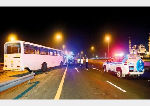 الشارقة.. إصابة 21 شخصاً في تدهور حافلة على شارع الإمارات