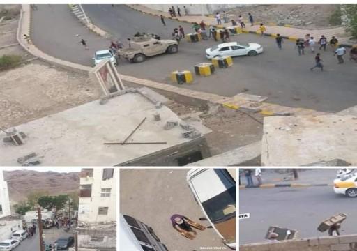 القصر الرئاسي في عدن يتعرض للنهب بعد فتح بوابته الرئيسية