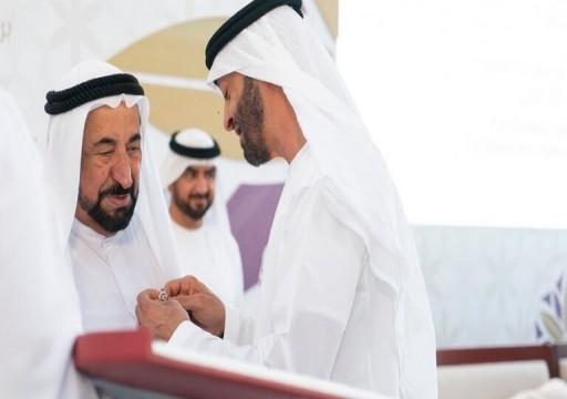 ولي عهد أبوظبي يقلد حاكم الشارقة وسام أم الإمارات