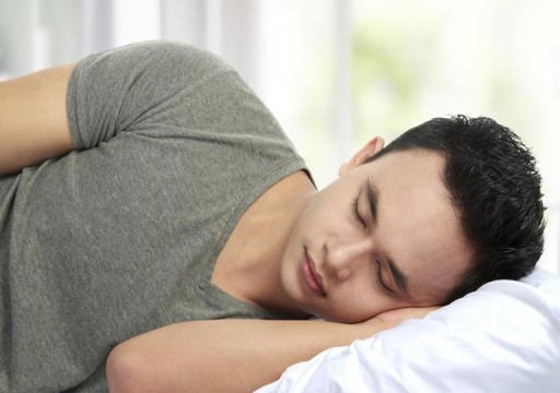 12 نصيحة للحفاظ على برودة الجسم أثناء النوم دون مكيف